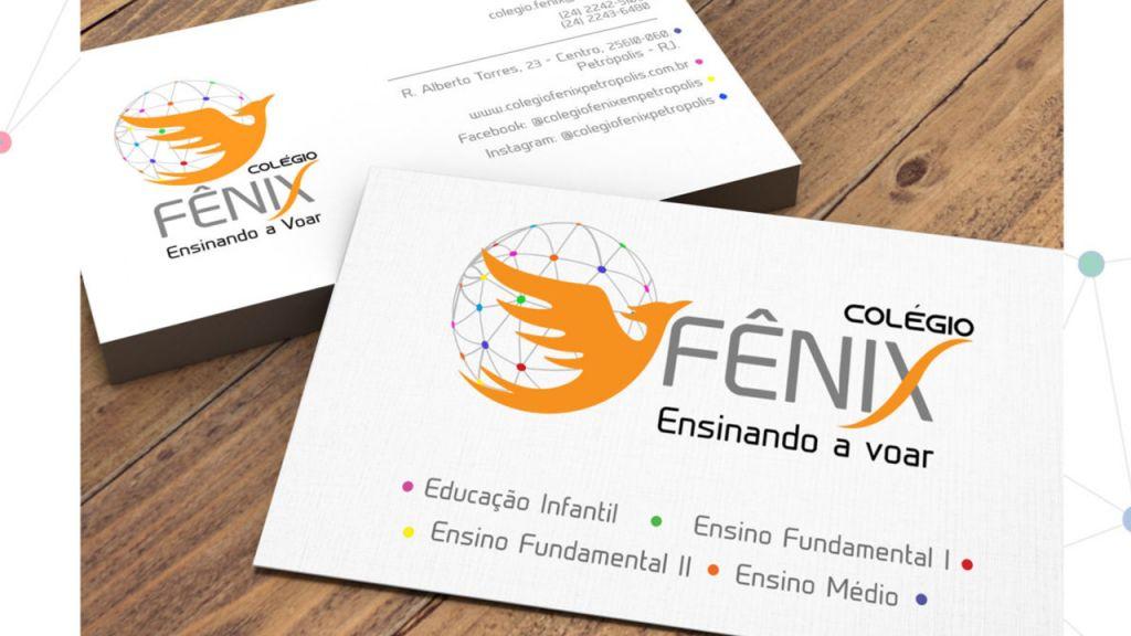 Imagem de cartões de visita contendo a logomarca e informações do Colégio Fênix Petrópolis, mostrando a frente, com sua nova logomarca e o verso com os dados do colégio.